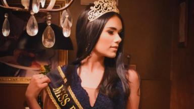 Vanessa Lays olhando para o lado, com coroa e faixa de miss