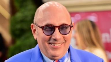 Willie Garson sorrindo com óculos lilás
