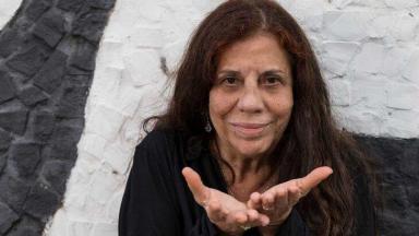 Maria Gladys posa para foto abrindo as mãos