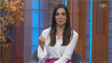 A apresentadora Nathalia Batista no comando do programa Aqui Na Band