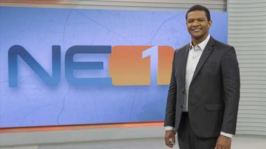 Márcio Bonfim com o logo do NE1 ao fundo