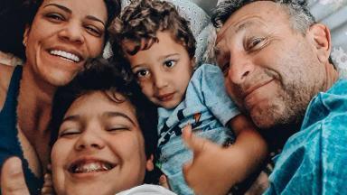 O apresentador Neto, da Band, com a mulher, Sandra, e os filhos João Vitor e Júlio