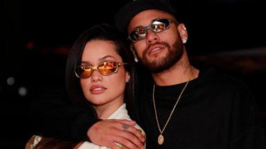 Neymar abraçado a Juliette, ambos de óculos