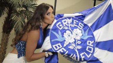 Nicole Bahls beija a bandeira da Beija-Flor