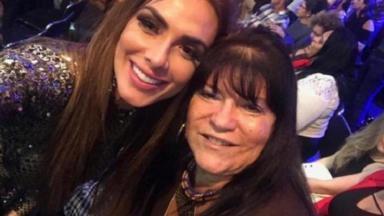 """Nicole Bahls posa para foto ao lado de fã durante participação na estreia da quinta temporada do """"Dancing Brasil"""""""