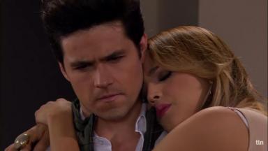Nikki nos braços de Roy