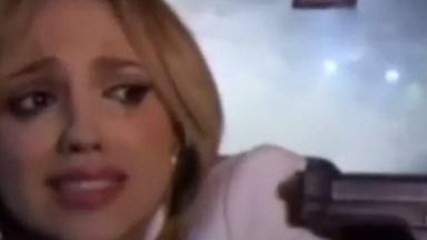 Nikki fica na mira de uma arma