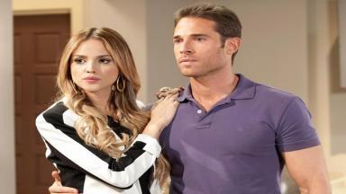 Nikki posa ao lado de Gusmão em cena de Amores Verdadeiros
