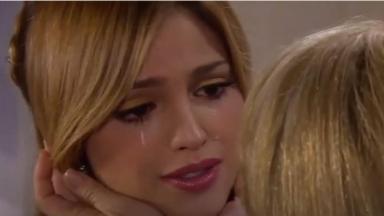 Nikki chora e é consolada por Vitória em Amores Verdadeiros