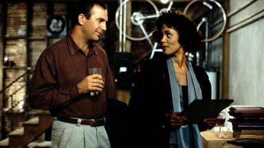 Kevin Costner e Whitney Houston em cena de O Guarda-Costas