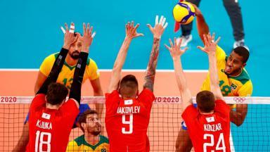 Brasil faz ataque com bola ao tome do Comite Olimpico Russo, que tenta bloquear