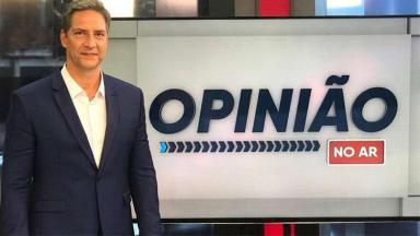 O jornalista Luís Ernesto Lacombe com sorrindo no cenário do seu novo programa da RedeTV!, Opinião no ar