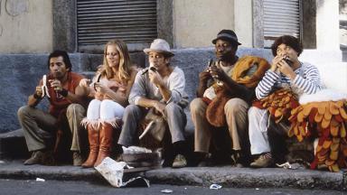 Lucinha Lins entre Didi, Dedé, Mussum e Zacarias em cena do filme Os Saltimbancos Trapalhões, que será exibido pelo SBT