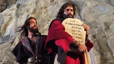 Cena de Moisés com Os Dez Mandamentos na mão