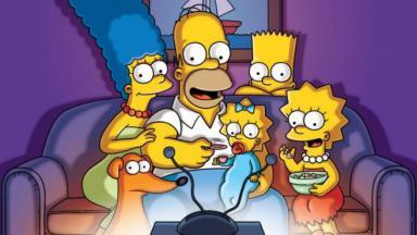 Os Simpsons na frente da TV