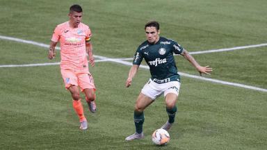 O jogador Raphael Veiga, da SE Palmeiras, disputa bola com o jogador Arce, do Bolívar, durante partida válida pela Copa Libertadores