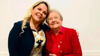 Palmirinha Onofre ao lado de sua geriatra, Patrícia Alarcon