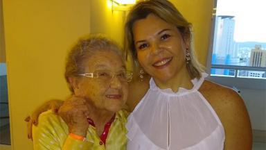 Palmirinha Onofre deixa hospital ao lado de sua geriatra, Patrícia Alarcon