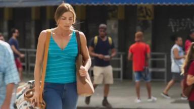 Paloma caminhando pelas ruas de Bom Sucesso