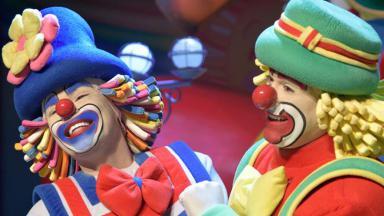 Os palhaços Patati Patatá se apresentam em circo