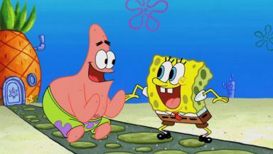 Patrick e Bob Esponja sorrindo e felizes