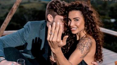 Paula Amorim mostra anel de noivado, enquanto recebe carinhos de Breno Simões