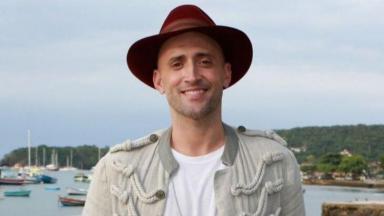 Paulo Gustavo sorridente, de chapéu, posado para foto