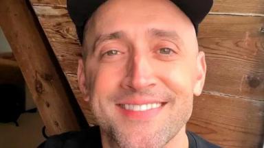 Paulo Gustavo sorrindo e de boné