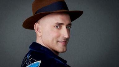 Paulo Gustavo de chapéu, posado para foto sorrindo
