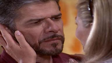 Helena acariciando o rosto de Pedro com as mãos