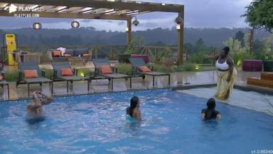 Lipe, Stéfani, Tays e Jojo tomam banho de piscina com roupa em A Fazenda 2020