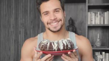 Petrix com bolo de aniversário na mão