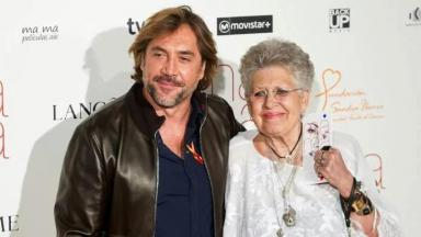 Javier Bardem ao lado da mãe, Pilar Bardem