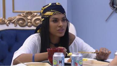 Pocah está sentada à mesa durante o almoço do líder do BBB21