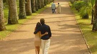 Cena final de Por Amor mostra Atílio e Helena de mãos dadas com Marcelinha e, atrás e abraçados, Marcelo e Eduarda