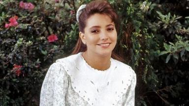 Gabriela Rivero caracterizada como professora Helena, de Carrossel