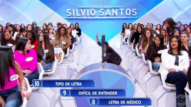 Mulher torce o pé e cai no Programa Silvio Santos