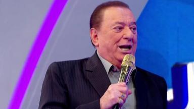 Raul Gil com microfone dourado