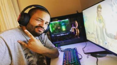 Projota posa em meio aos computadores enquanto joga