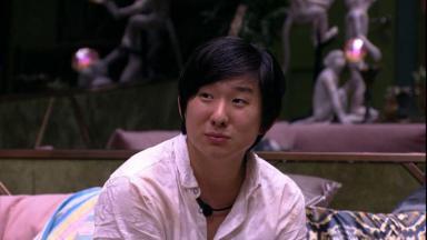 Pyong Lee de camisa branca