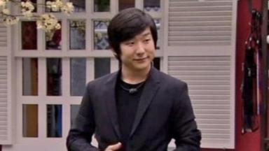 Pyong Lee de terno