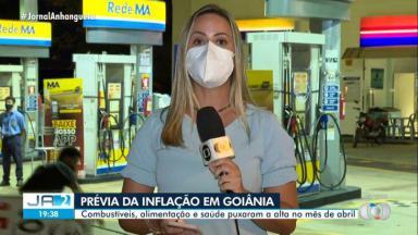 Homem caindo atrás da repórter Camila Faraco, que segura o microfone