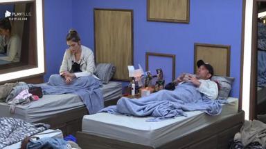 Rafael Ilha e Nadja Pessoa conversando em camas separadas
