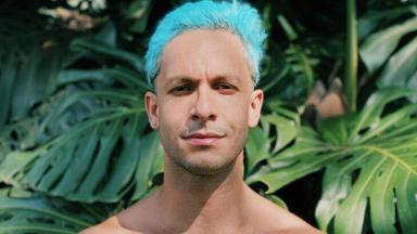 Rainer Cadete posado com o cabelo azul
