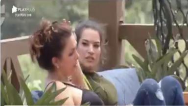 Sentada na área externa, Luiza Ambiel desabafa sobre os votos que recebeu com Raíssa Barbosa em A Fazenda 2020