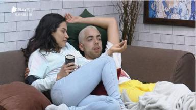 Na sala, Raissa Barbosa e Lucas Maciel conversam em A Fazenda 2020