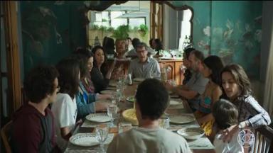 Família reunida à mesa