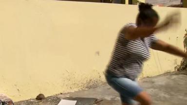 Mulher aparece correndo do rato durante jornal ao vivo