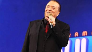 Apresentador Raul Gil com microfone