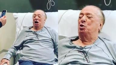 O apresentador Raul Gil cantando no hospital